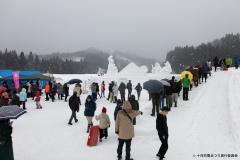雪の芸術作品 見学の様子